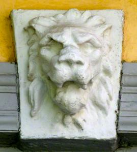 Kulturhusets väktare - Lejonmaskaronerna skyddar och avskräcker. Foto:  Heilo Duarte
