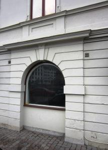 Norra Hamngatan 10 - en av de tidigare ingångarna är numera ett fönster. Foto: Eskil Malmberg.