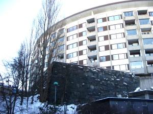 Bostadshuset på toppen av Otterhällan. I förgrunden muren till den nu rivna Otterhälleskolan. Foto: Eskil Malmberg.