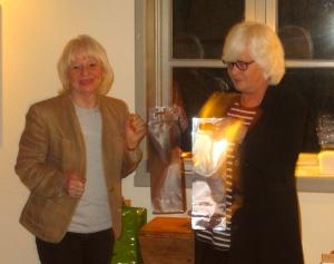 Ordförande Margita Björklund tackade Gunilla Ericsson för ett lysande föredrag. Foto: Eskil Malmberg.