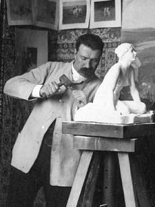 Per Hasselberg vid kavaletten när han hugger Grodan i marmor.