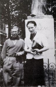 Sartre och de Beauvoir vid Balzac-statyn, Foto: WikiCommons.