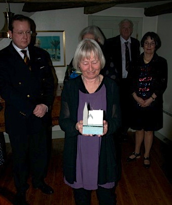 Gudrun Lönnroth med Kulturföreningen Otterhällans pris för 2015.