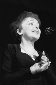 Édith Piaf, Rotterdam 13 december 1962,  Nationaal Archief. Wikimedia Commons.